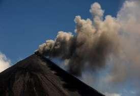 HILJADE LJUDI EVAKUISANO Erupcija vulkana La Sufrijer (VIDEO)