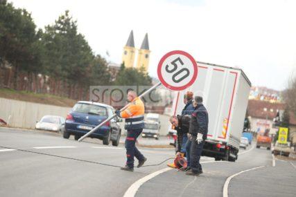 Saobraćajni znak nasred biciklističke staze: Uklonjen propust koji je izazvao LAVINU KOMENTARA (FOTO)