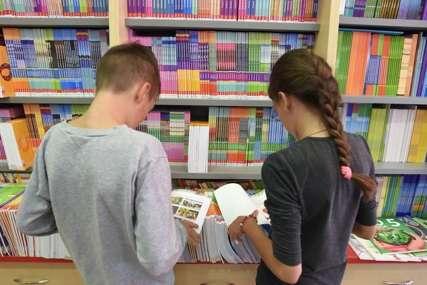 """Akcija """"Preuzmi nove, doniraj korištene udžbenike"""" prikuplja knjige za osnovce širom Srpske (VIDEO)"""