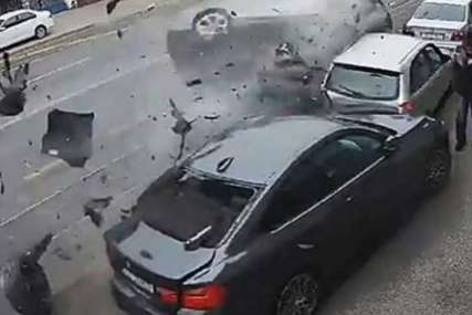 STRAHOVIT UDAR Audi se u punoj brzini zakucao u parkirana vozila (VIDEO)