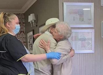 Nisu se vidjeli osam mjeseci, a onda pokazali šta znači ljubav: Dirljiv susret bake i djeda rasplakao mnoge (VIDEO)