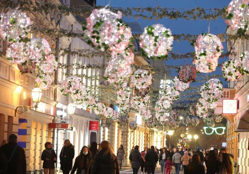 SPREMNE ZA DAN GRADA Cvjetne kugle u Gospodskoj ulici zasjale posebnim sjajem (VIDEO, FOTO)