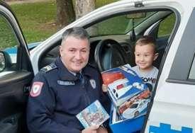 Iznenađenje za malog Dragana: Bijeljinska policija OBRADOVALA DJEČAKA za rođendan (FOTO)