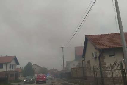 BUKTINJA U BIJELJINI Gori kuća u gradu, vatrogasci na licu mjesta (FOTO)