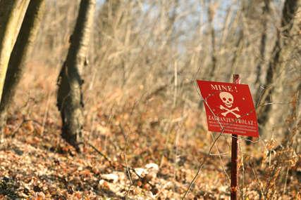 OBILJEŽAVANJE SUMNJIVIH POVRŠINA Počelo obnavljanje upozoravajućih oznaka na mine na području Šamca