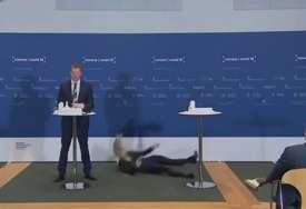 Tokom konferencije o vakcinama: Direktorka danske Agencije za lijekove pala ispred novinara (VIDEO)