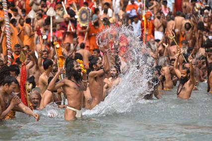 U jeku pandemije korona virusa: Hiljade hindu vjernika okupilo se na festivalu na rijeci Gang