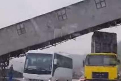 LOŠA PROCJENA Kamiondžija kipom udario u transportnu traku za ugalj (VIDEO)