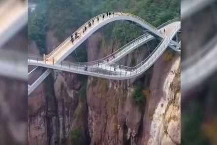 Stakleni most koji visi iznad PROVALIJE u Kini ledi krv u žilama (VIDEO)