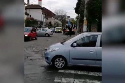 """""""GTA u realnom životu"""" Pauk krenuo da mu diže automobil, on počeo da bježi i """"ponio policajca"""" (VIDEO)"""