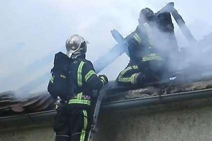 Na terenu vatrogasci i policija: Požar u Zagrebu, gore barake (VIDEO)