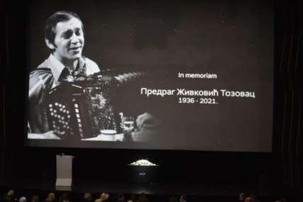 Komemoracija Predragu Živkoviću Tozovcu: Žena legendarnog pjevača, ne skriva tugu i bol, brojne kolege došle da se oproste