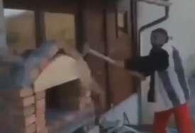 """""""VRATI PARE"""" Udarao po roštilju i rušio, dok je majstor sjedio na krovu kuće (VIDEO)"""