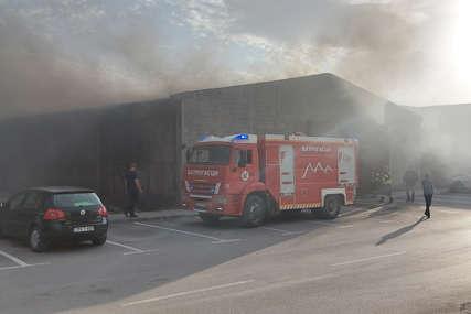 Spremne i dodatne ekipe: Vatrogasci gase požar u magacinu kraj bivše fabrike bicikala
