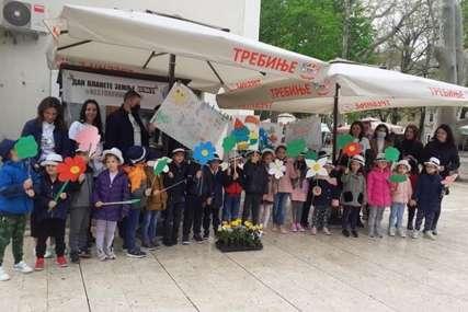 NAJMLAĐI OBILJEŽILI DAN PLANETE Sugrađanima dijelili cvijeće i korisna upustva o očuvanju životne okoline