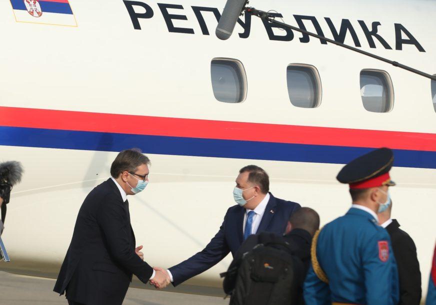 VUČIĆ STIGAO U SRPSKU Delegacija Srbije na aerodromu Banjaluka, a ovo je plan posjete (VIDEO, FOTO)