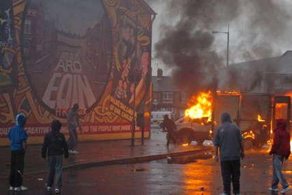 Policajce gađali petardama i kamenjem: Protesti u Sjevernoj Irskoj nastavljeni sedmu noć uzastopno