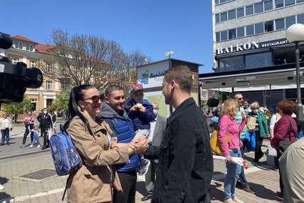 Pjesma i ples u srcu Banjaluke: Stanivuković sa brojnim građanima na Trgu Krajine OTVARA GOVORNICU (FOTO, VIDEO)