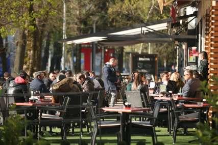 Banjalučani navalili u kafane: Već u jutarnjim časovima bašte kafića pune (FOTO)