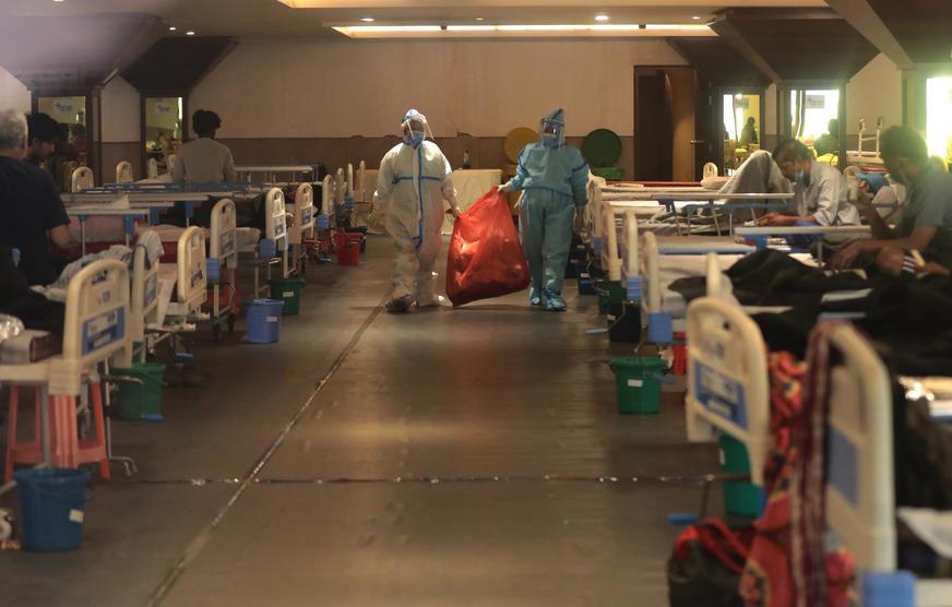 """""""SITUACIJA JE UŽASNA"""" Indijske bolnice prebukirane, dva pacijenta na jedan krevet"""