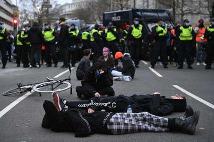 """UBIJTE ZAKON"" Protesti u Londonu, policija hapsila demonstrante"