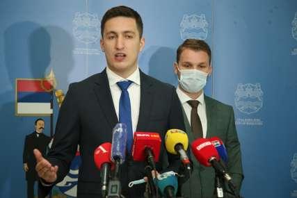 """Ilić poručio Stanivukoviću """"Pristojno je javiti da kasnite, ne mogu zaključavati odbornike u salu dok vi ne dođete"""""""