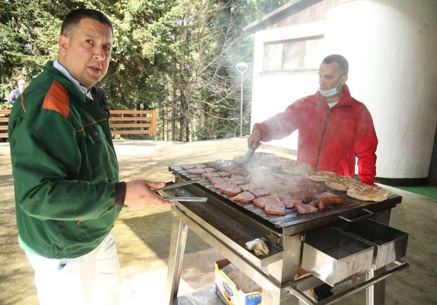 """ZA VOZAČE I MEDIJE"" Dok politički vrh Srpske raspravlja o vitalnim pitanjima, Kozarom se širi miris roštilja (FOTO)"