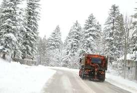 VEĆINA PRAVACA PROHODNA Na pojedinim dionicama snijeg na kolovozu