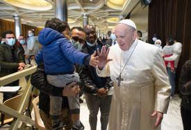 Papa posjetio centar za vakcinaciju siromašnih: Razgovarao sa beskućnicima, dijelio hranu i slatkiše