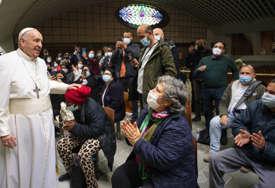VATIKANSKA DOBROTVORNA ORGANIZACIJA Papa razgovarao sa beskućnicima dok su dobijali vakcine