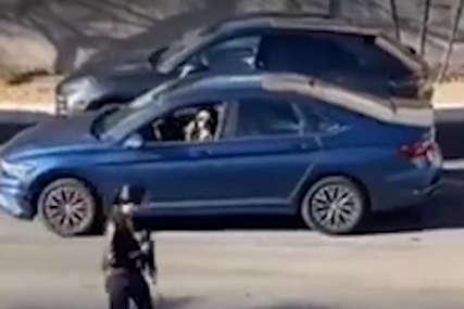HIT NA DRUŠTVENIM MREŽAMA Htjela je da se parkira paralelno, a onda joj je u pomoć priskočila prolaznica (VIDEO)