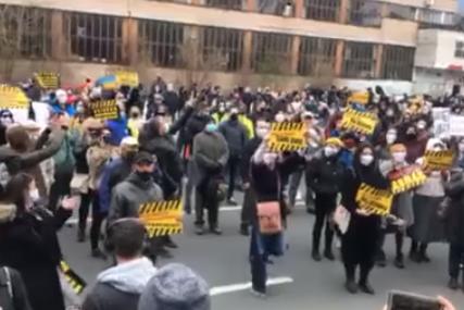 """""""Fadile, tvoj HUMOR UBIJA"""" Građani Sarajeva protestom pozivaju vlast BiH  da nabavi vakcine protiv korone (VIDEO)"""