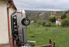 Svi se pitaju KAKO JE OVO MOGUĆE: Vozač sletio s puta, pa se zakucao u kuću, ali vertikalno (FOTO)
