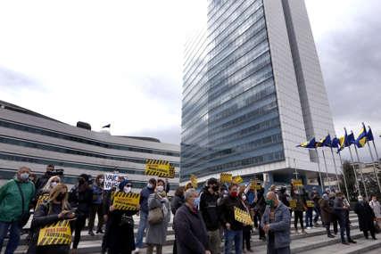 Kockaju se sa životima građana: Političari besramno ignorišu vapaje naroda za vakcinom
