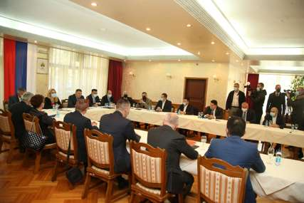 DELEGACIJA SNSD NAJBROJNIJA Na Mrakovici počeo sastanak vladajuće koalicije u Republici Srpskoj (FOTO)