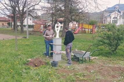 """Skulpture Bojana Mikulića zamijenile hrpe smeća: """"Lečenje prostora"""" zagađenog sitnim deponijama"""