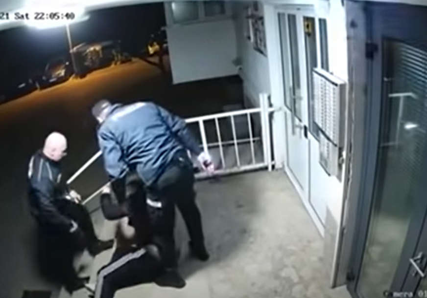 Snimak iz Mostara podigao buru: Policajci tukli mladića, kršio epidemiološke mjere  (VIDEO)
