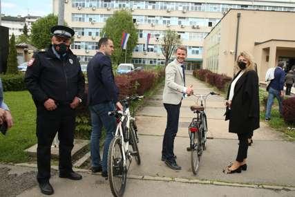 Biciklom na saslušanje: Stanivuković u pratnji saradnika došao u Policijsku upravu Banjaluka (FOTO)