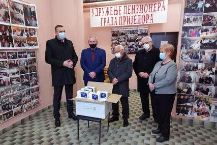 """""""Skromni doprinos"""" Pavlović uručio 10.000 zaštitnih maski prijedorskom Udruženju penzionera"""