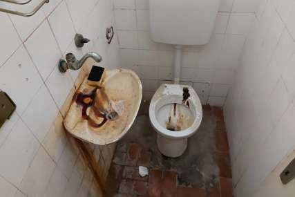"""""""Hvale se uloženim milijardama"""" Begić objavio fotografije zapuštenog toaleta, tvrdi da su iz Doma zdravlja (FOTO)"""