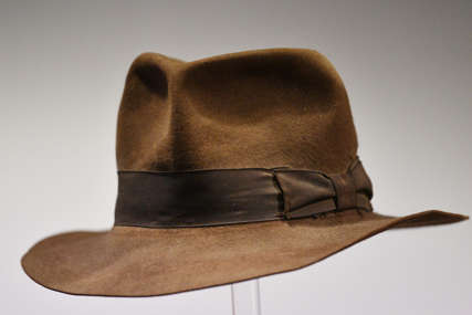 Cifra za koju se prodaje je VRTOGLAVA: Čuveni odjevni predmet Indijane Džonsa na aukciji