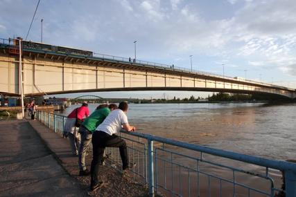 ISJEKAO VENE I PRIJETIO SAMOUBISTVOM Muškarac htio da skoči u rijeku na Brankovom mostu u Beogradu