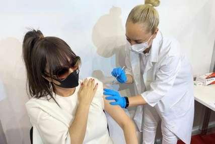 Došla sa osmijehom i pokazala novu frizuru: Ceca prima drugu dozu vakcine protiv virusa korona (VIDEO)