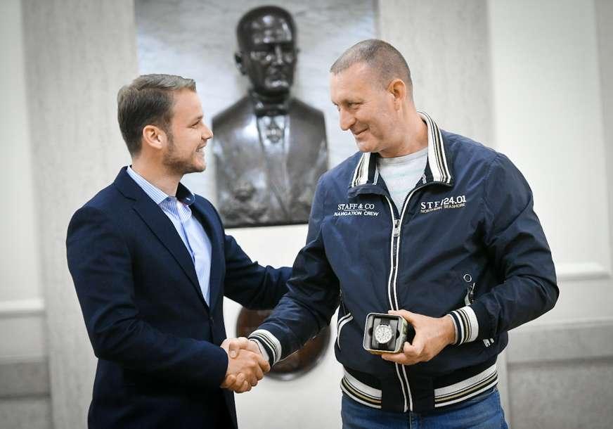 SAT I DODATAK NA PLATU Gradonačelnik nagradio radnika Gradske uprave koji je spasio život Banjalučanki