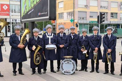 U Doboju obilježen Međunarodni praznik rada: Prvomajski uranak uz zvuke duvačkog orkestra (FOTO)