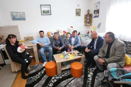 """""""Sve teža situacija u društvu"""" Selak i Skoko posjetili porodicu Šmrkić u Nevesinju i donirali im neophodnu pomoć"""