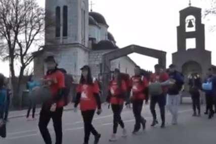 Moliće se za Јovana (17) na svom putu: Hodočasnici u humanitarnoj akciji krenuli sa Sokoca ka Ostrogu (VIDEO)