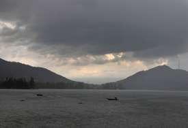 Vlasti po prvi put zvanično o alarmantnoj praksi: Tijela preminulih od korona virusa plutaju indijskim rijekama