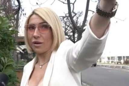 """""""Ne bi mogao da kupi salvete, to je od ćaćinih para"""" Voditeljka osula paljbu po vozaču BMW-a koji je projurio pored nje (VIDEO)"""