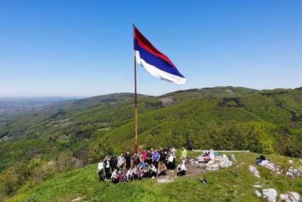 Nalazi se na 667 metara nadmorske visine: Kozarački kamen na Mrakovici uljepšan novom zastavom Srpske
